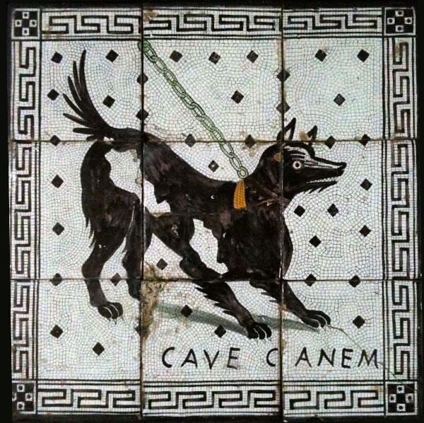 Cave Canem majolica tegel in de Stanze al Genio, Palermo