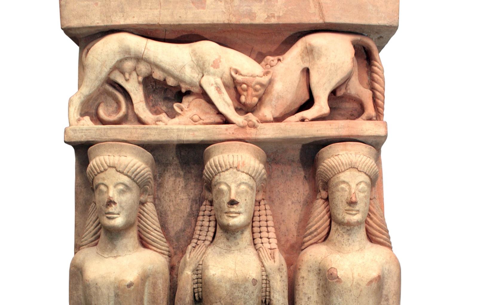tentoonstelling Sicilië British Museum: Terracotta altaar met drie vrouwen en een panter die een stier verscheurt. Gela, Sicilië. C.500 BC. Museo Archeologico Regionale di Gela © Regione Siciliana