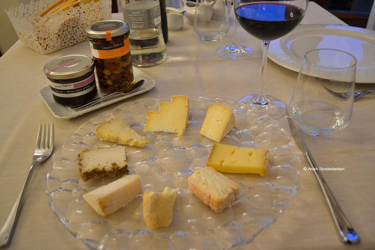 Selectie van kazen met in honing ingelegde noten en mostarda d'uva