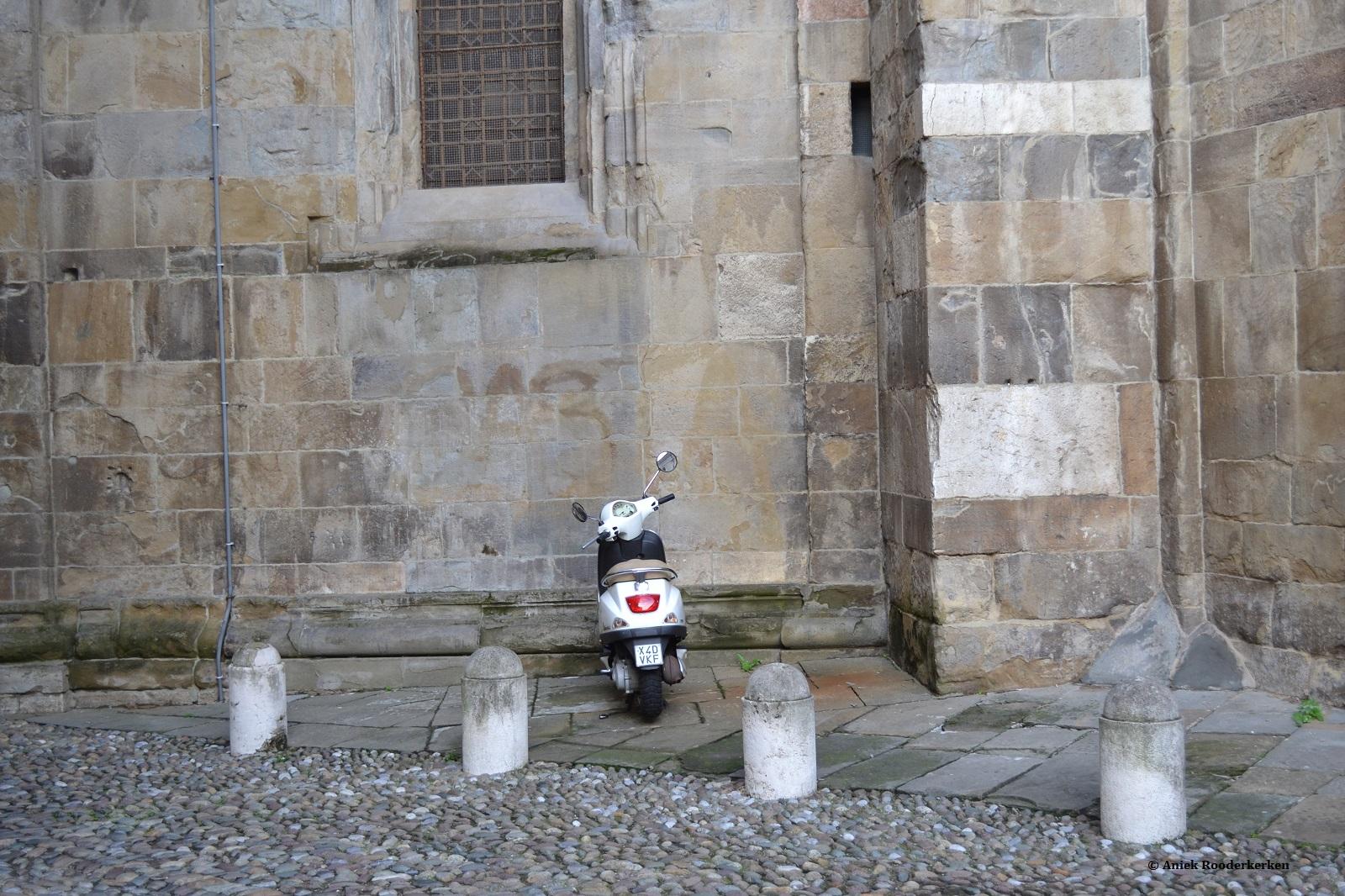 Vespa in de straten van Bergamo