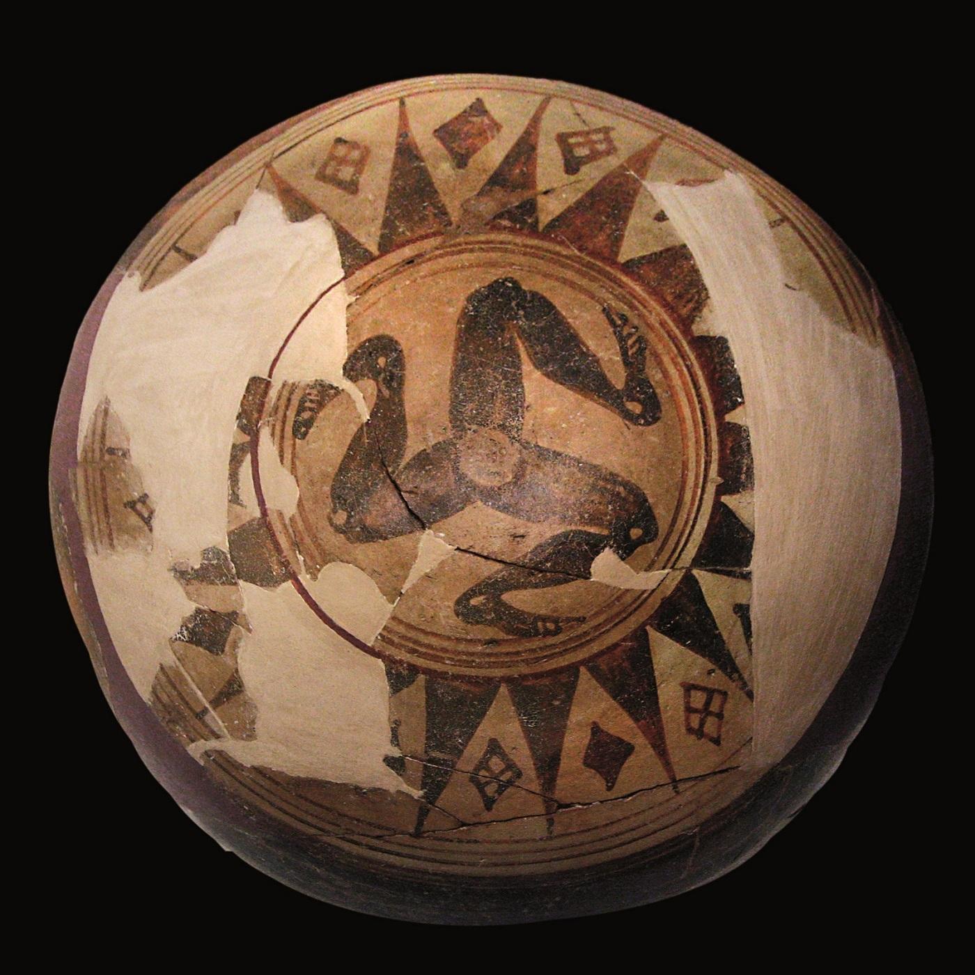 Keramische dinos met triskelion, gebakken klei, Palma di Montechiaro, Sicilië, c.650-600 BC. Museo Archeologico Regionale Di Agrigento © Regione Siciliana