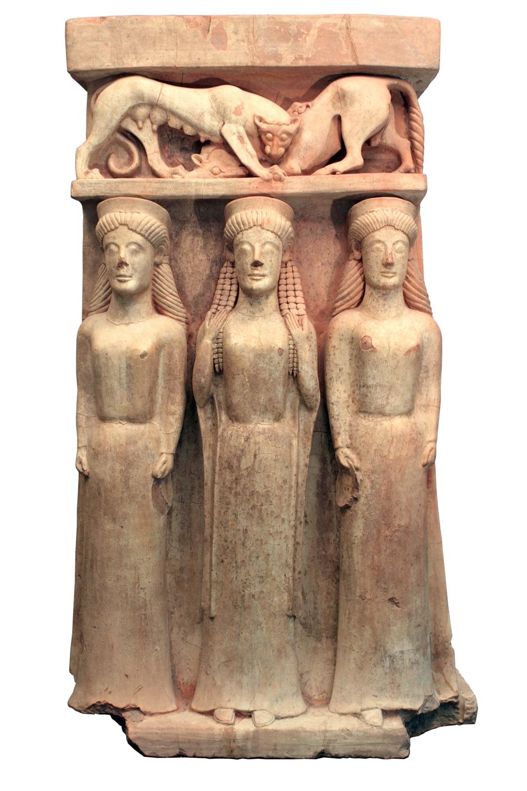 Terracotta altaar met drie vrouwen en een panter die een stier verscheurt. Gela, Sicilië. C.500 BC. Museo Archeologico Regionale di Gela © Regione Siciliana
