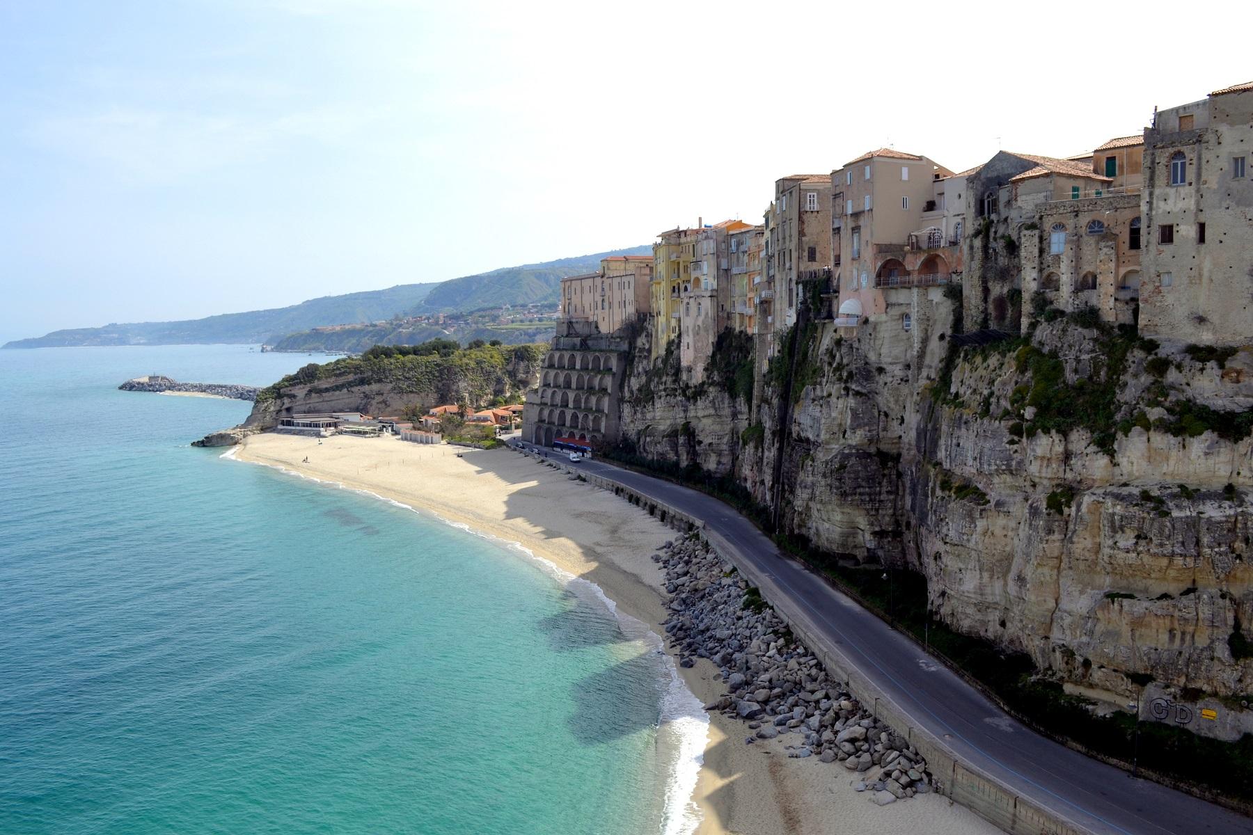 De panoramische kustlijn van Tropea, Calabrië, de kust van de goden
