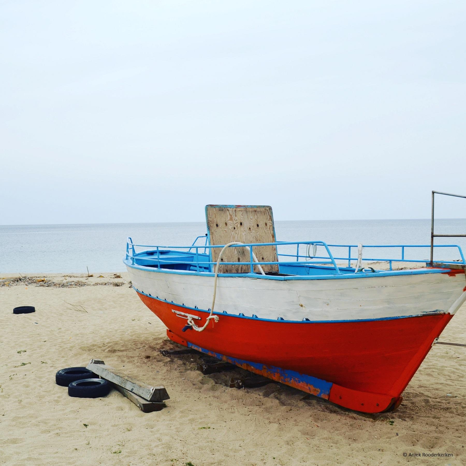 Eenzame boot aan de kust van Nicotera Marina
