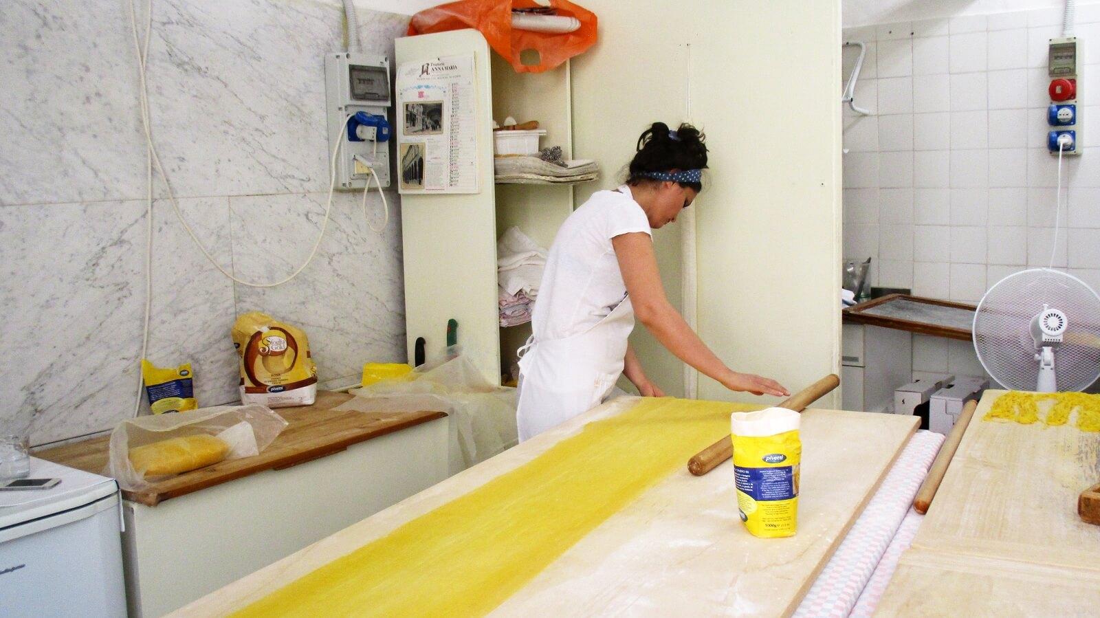 De sfogline leren het pasta maken van hun moeder: als klein meisje helpen ze hun moeder en oma al in de keuken. Foto Merel Diemont
