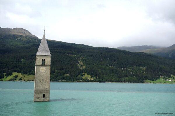 Kerkje in het Reschenmeer, Trentino-Zuid-Tirol