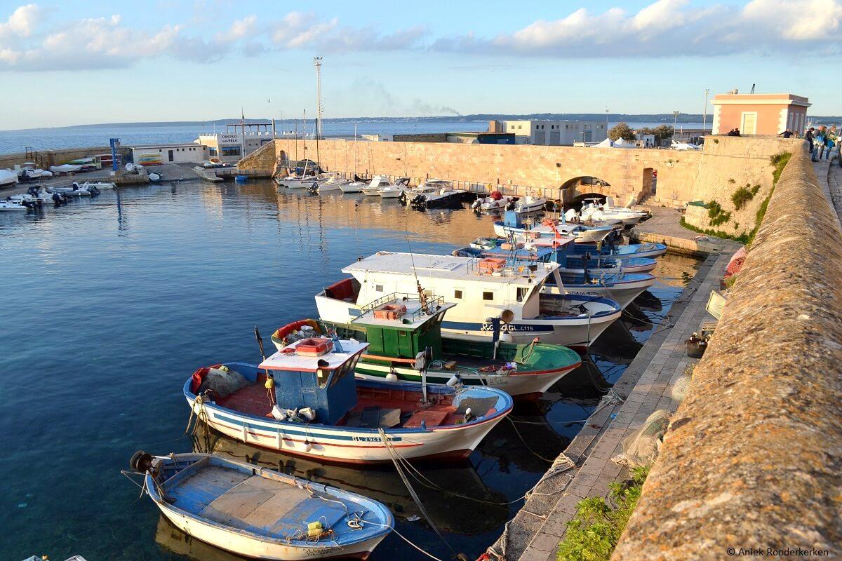 De kustlijn van Puglia aan de roadtrip Zuid-Italië