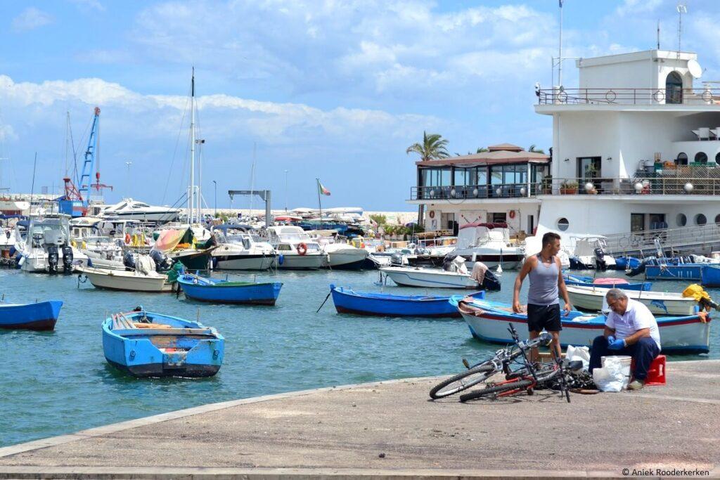 Vissers in de haven van Bari