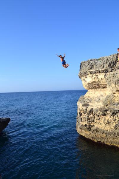 Cliffdiven bij de Grotta della Poesia in Puglia