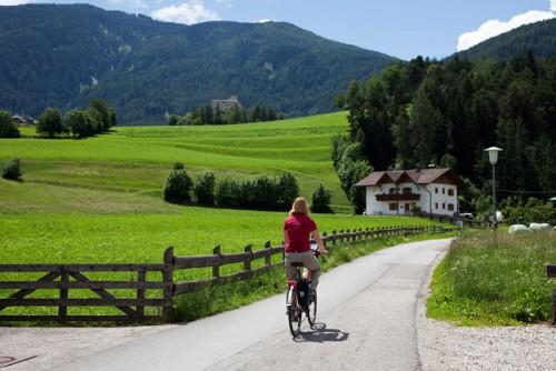 Fietsen in Zuid-Tirol, Italie: relaxt fietsen met de bergen op de achtergrond. Foto justliketotravel.nl