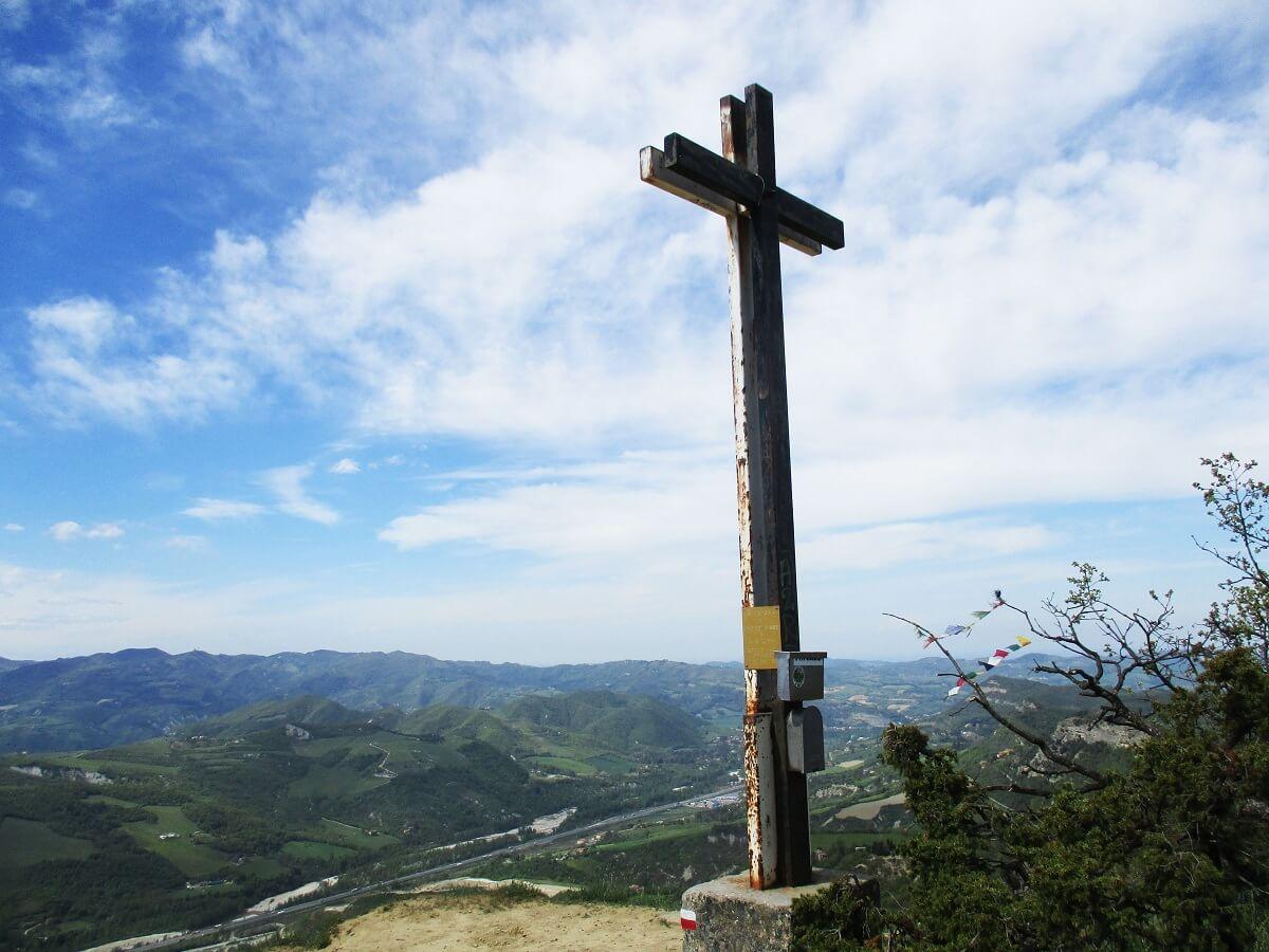 Zwetend onder de warme Italiaanse zon bereiken we het topkruis en worden beloond met een prachtig uitzicht