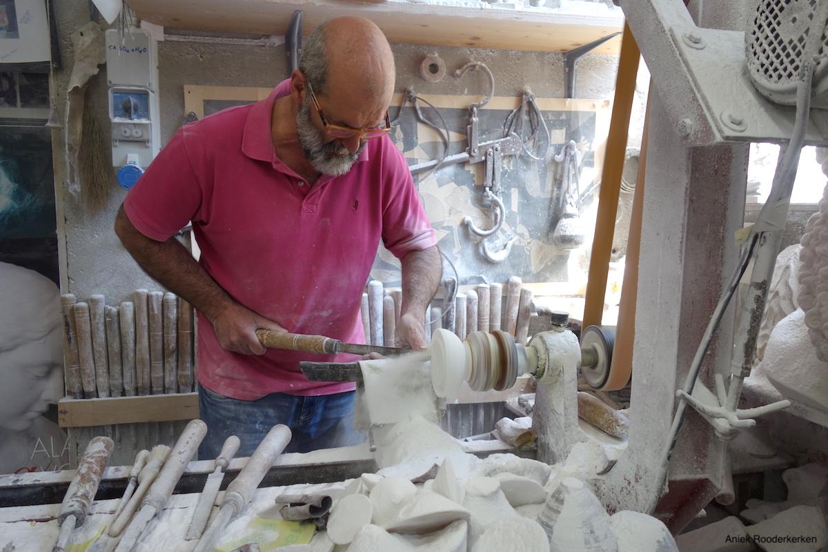 Roberto Chiti maakt een schaaltje van albast