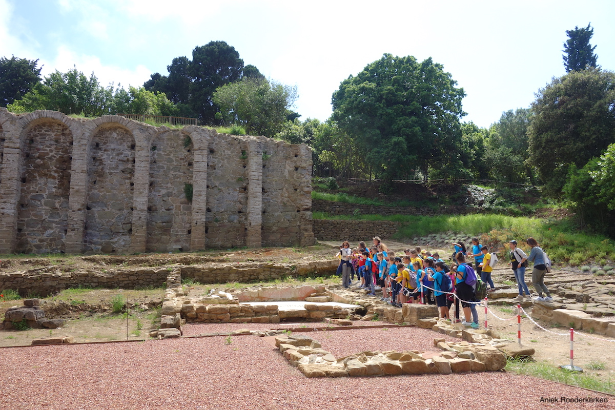 Een Italiaanse schoolklas bij de Etruskische site Populonia