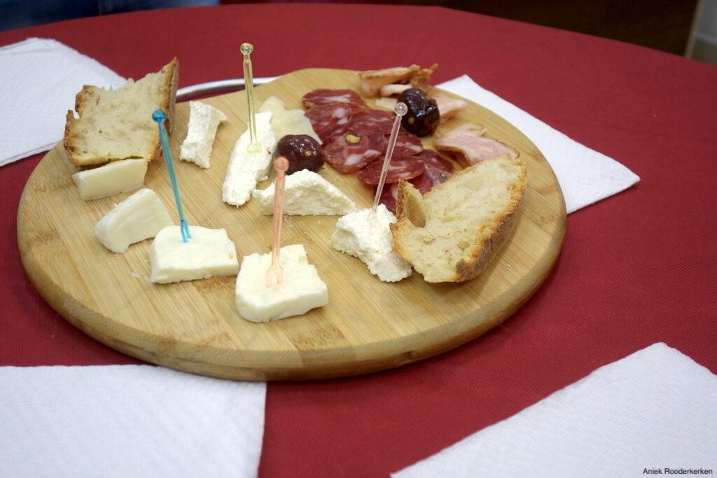 Verse en melkachtige mozzarella di bufala, ricotta, salami, olijven, stukjes parmezaan, pancetta en de lokale cicoli.
