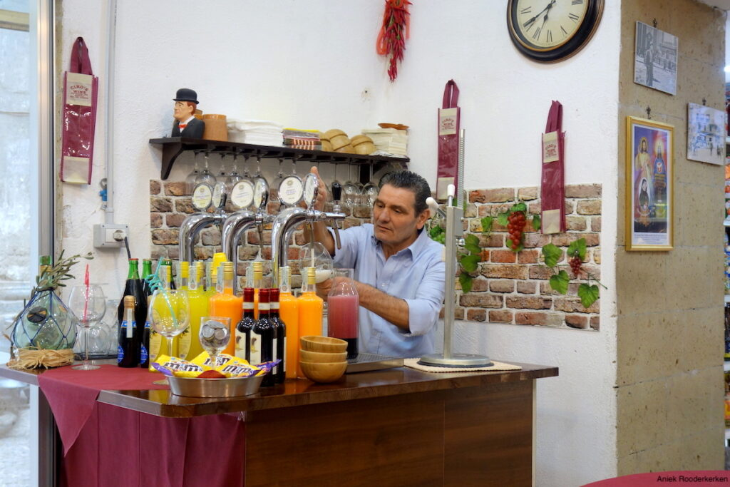 Ciro serveert ons een heerlijke wijn