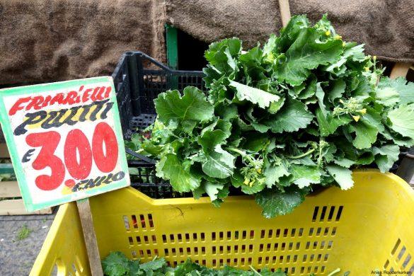 Friarielli op de markt in Napels in de wijk Rione Sanità