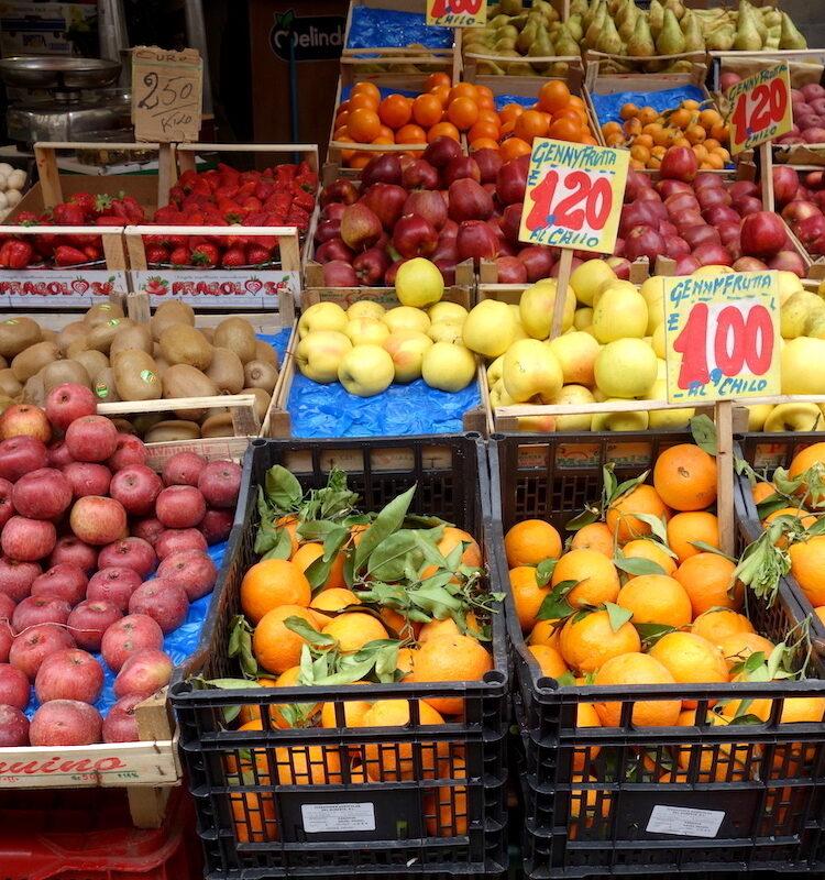 Fruit op de markt in Napels in de wijk Rione Sanità