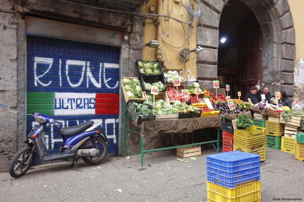 Markt in Napels in de wijk Rione Sanità