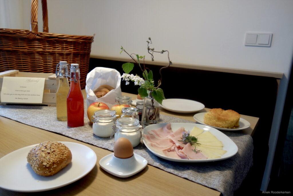Het uitgebreide ontbijt op de Ölackererhof.