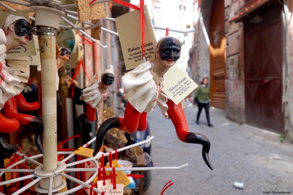 Een portafortuna, geluksbrenger, in de straten van Napels