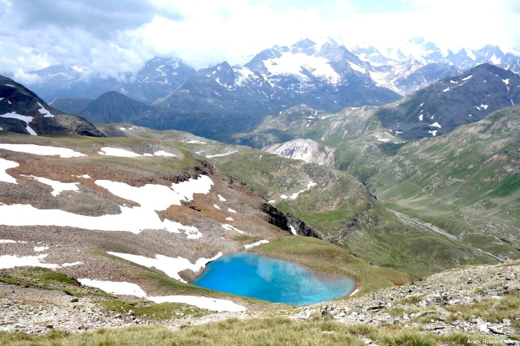 Het kleine bergmeer Lach dal Vach. Het water is belachelijk blauw.