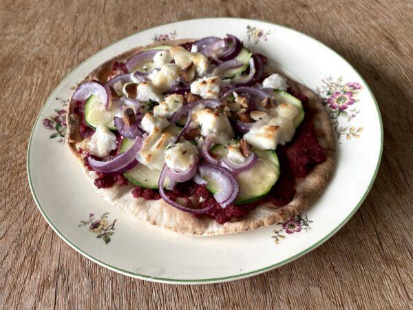 Recept voor platbroodpizza met bieten-amandelpesto, courgette en geitenkaas